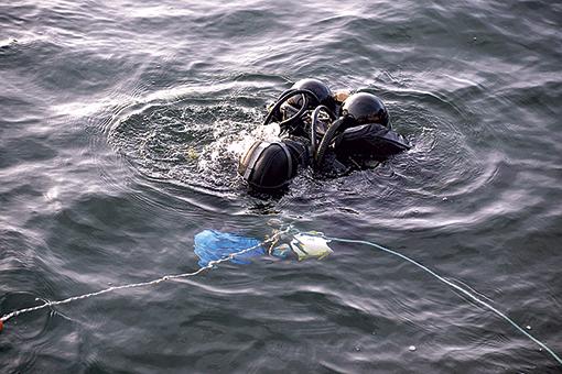 09 dykare testar utrustningen innan dykning