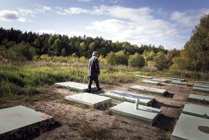 Bengt Astrén visar öns reningsverk som sköts ideellt av öborna.
