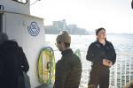 Ombordstigning vid Blockhusudden på Djurgården. Eric måste se till att ingen hoppar på båten innan debarkeringen kan ske säkert.