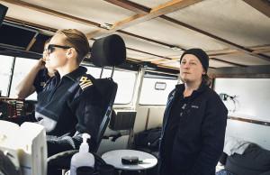 Samarbetet mellan skepparen och däcksman är viktigt, menar befällhavare Victoria Åslund. Person på bild: Victoria Åslund, Eric Gustafsson.