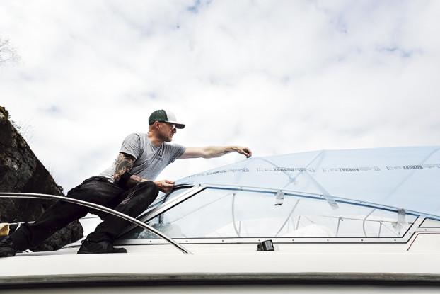 TS, Kapellmakare, Daryl Luxmoore. Plasten som Daryl täcker över bågarna på båten med är mallen till kapellet.