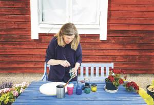 024 Odlarkverkstad. Åsa förbereder färger för ett eget verk som hon ska måla.