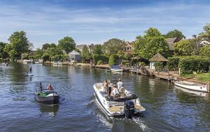 People in motorboats enjoying the summer in Loenen aan de Vecht